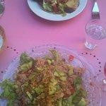 Salade de crabe et salade avec bacon et chèvre chaud