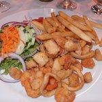 Heerlijk gerecht; gepaneerde zeevruchten met salade