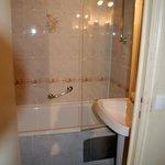 Vue salle de bains douteuse