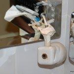 Pas dangereuse la lampe à côté du robinet...