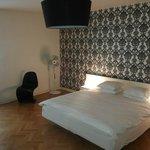 camera da letto enorme con letto comodissimo a parte i piumini che erano singoli