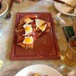 ricas tostas con Jamon, tomate y huevo de codorniz