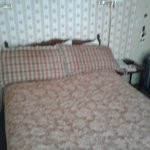 Camera 3, da notare lo spazio al lato del letto