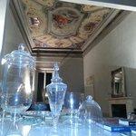 Sala de lectura con libros de historia del arte italiano