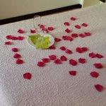 Petalos de rosa en la habitacion a la llegada.  Increible