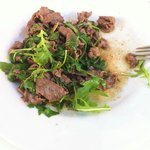 Rindfleischstreifen auf blanchiertem Ruccola