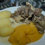 Saltkjøtt med kålerabistappe, poteter og hvit kraftsaus (bacon?)