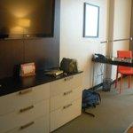 Gran televisión de pantalla plana y zona de escritorio