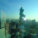 vista de um prédio todo em vidro. Fantástica obra de engenharia