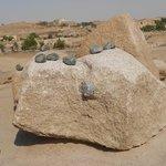 As pedras pequenas e negras supostamente usadas para cortas as rochas.