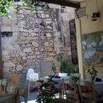 les tables du restaurant dans la ruelle