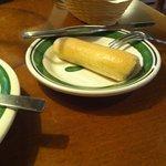 Não sei o nome desse pãozinho que acompanha a comida, mas vem quentinho e é uma perdição :)