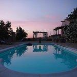 Het zwembad in avondlicht