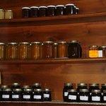Geleias e mel produzidos na fazenda