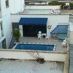 Esta es la piscina compartida con otro hotel. Al fondo esta el bar