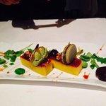 micuit de foie con macaron y mermelada de ruibarbo