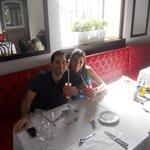"""No restaurante """"BRASSERIE MONTAIGNE"""" do hotel, tomando uma limonada cerejada (muito boa!)"""