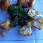"""Ottimi focaccini farciti del formaggio di capra tipico """"Brocciu"""""""