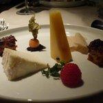 Auswahl von italienischem Käse, hausgemachtes Früchtebrot und Chutney
