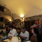 Ein wunderschönes Plätzchen auch der alte Weinkeller in Mitten der Reben, bei äußest geselligem
