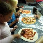 Die Kinder durften die Pizza selber belegen