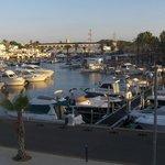 Den charmerende havn med Paradise Club i baggrund
