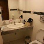 Lille badeværelse med fugt