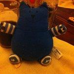 Sakamanga ( chat bleu ) - le jouet de ma fille à table - Cela faisait rire les serveurs