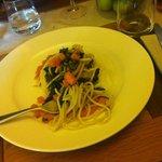 Spaghetti fatti in casa con zucca e cavolo nero.