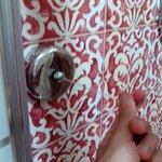 finezza: un filo estensibile per appendere panni, dentro al box doccia