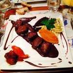 Chevreuil sauce chocolat noir et poires