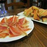 Tapa de jamón y pan con tomate