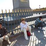 descansando no Obelisco Luxor após a manhã inteira andando
