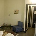 Scorcio della camera, con parete scrostata.