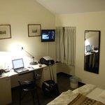 Angolo scrivania e piccola tv.