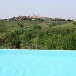 Überlaufpool mit Blick auf San Gimignano