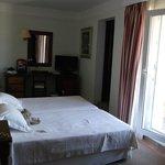 une petite chambre avec balcon
