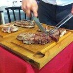 Cortándonos la exquisita carne