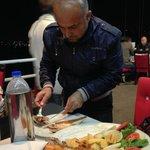 Ali beim Entgräten des Fisches