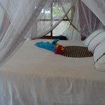 Mit Mosquitonetz ausgestattetes Bett (etwas kurz geraten)