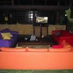 Área em comum, sofás com TV a Cabo