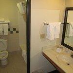 AmericInn Lodge & Suites Cody: bathroom