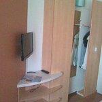 Kleiderschrank, Spiegel, Ablagen und Fernseher