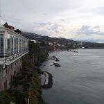 Restaurante y marinas de Sorrento al fondo