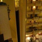 Vista del interior del hotel desde los pasillos de acceso