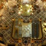 Detalle del lobby desde los pasillos de acceso a la habitación