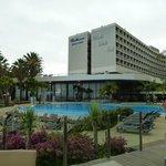 La belle piscine devant l'hotel