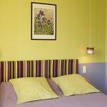 Vous apprécierez la gaieté de la chambre Giverny avec balnéo