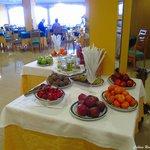 Imensa variedade de pães,bolos,frutas, sumos, nada falta no delicioso pequeno-grande almoço. :)