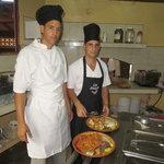 Cocineros elaborando platos